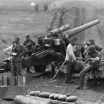 Немцы из 152-мм орудия обстреливают советских солдат ВОВ