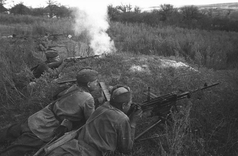 Советские автоматчики и пулеметчик ведут огонь ВОВ