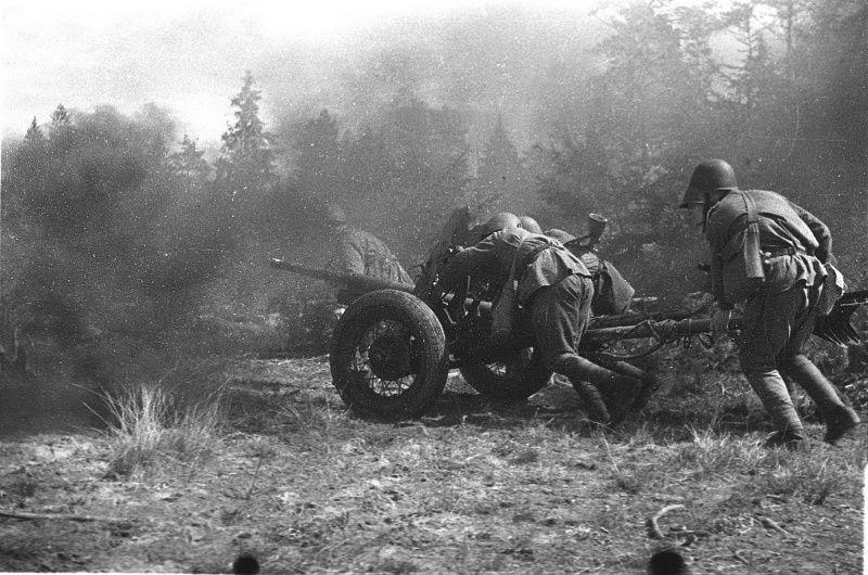 Орудия под огнем немцев ВОВ