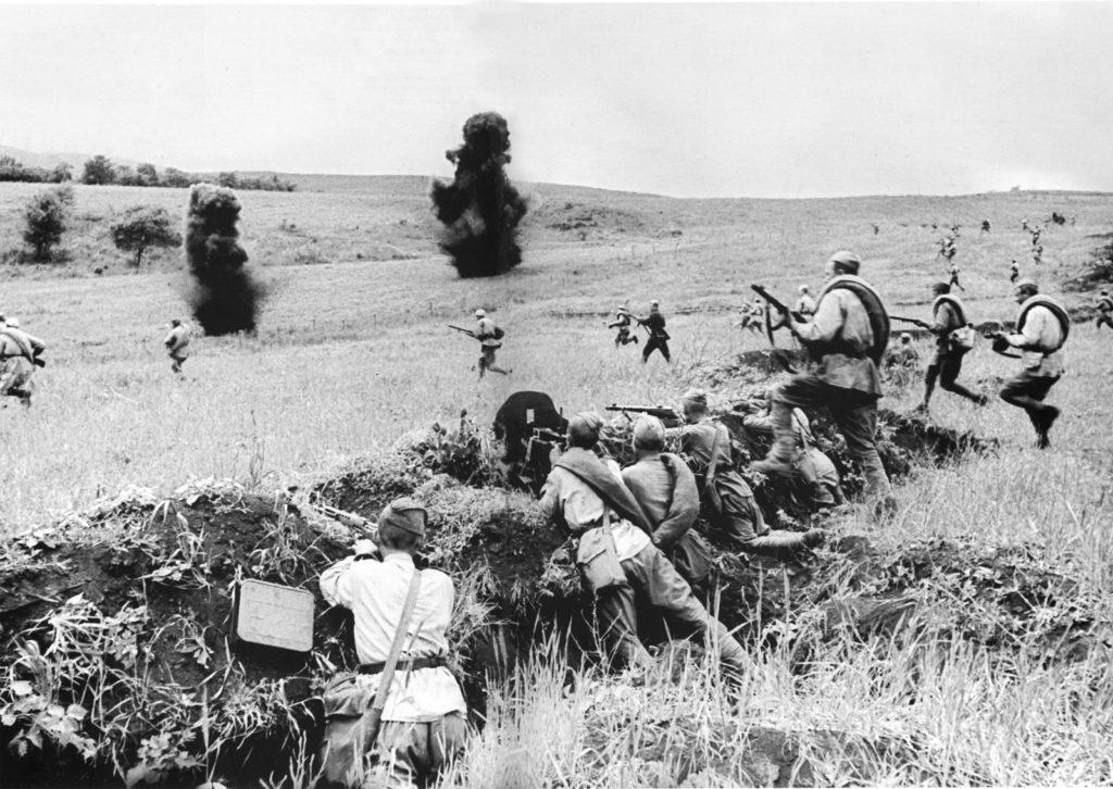 Солдаты идут в атаку на Саур-могилу ВОВ
