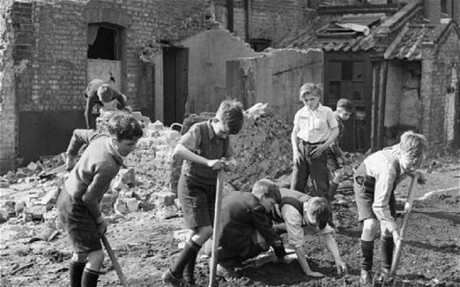 Дети собирают зажигательные бомбы ВОВ