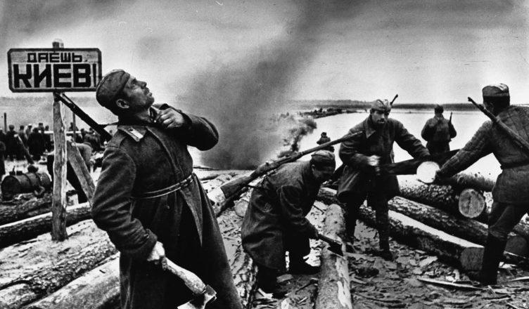Солдаты возле указателя Даешь Киев ВОВ