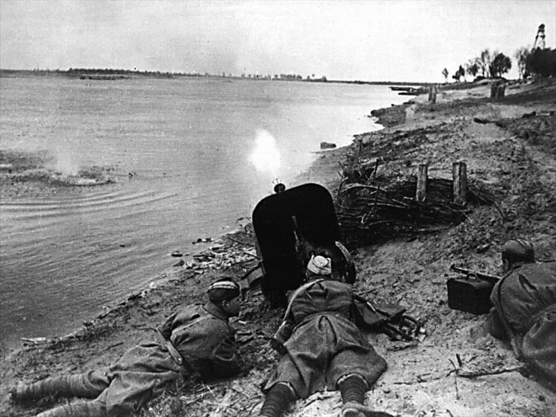 Бойцы ведут огонь с берега реки ВОВ