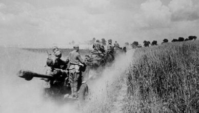 Пушки движутся по дороге лето 1944 год ВОВ