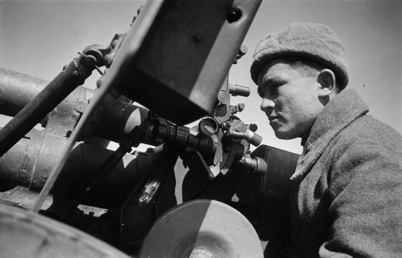 Наводчик у пушки ЗИС-3 ВОВ