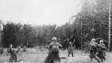 Немцы сдаются в плен советским солдатам ВОВ