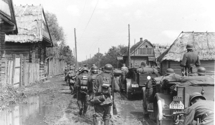 Немцы в захваченной советской деревне ВОВ