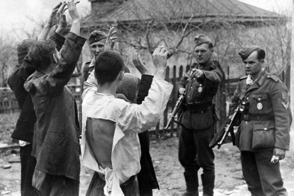 Немцы перед строем мирных жителей ВОВ
