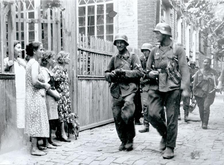Немцы идут по оккупированному городу ВОВ