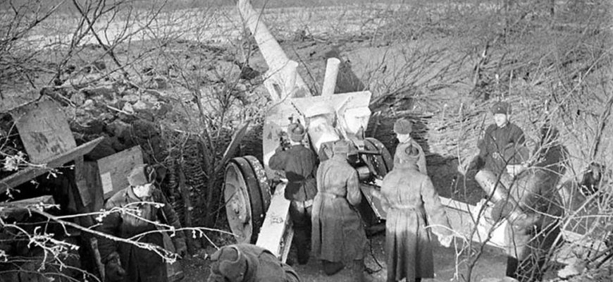 Бойцы красной армии возле орудия ВОВ