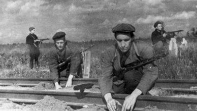 Партизаны устанавливают Мины на железной дороге ВОВ