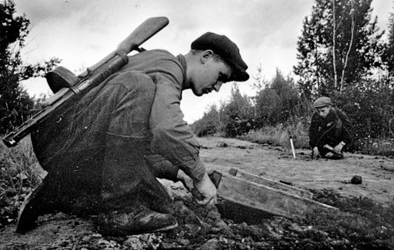 партизаны закладывают мину