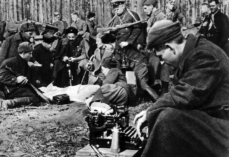 Сбор партизан в лесу ВОВ