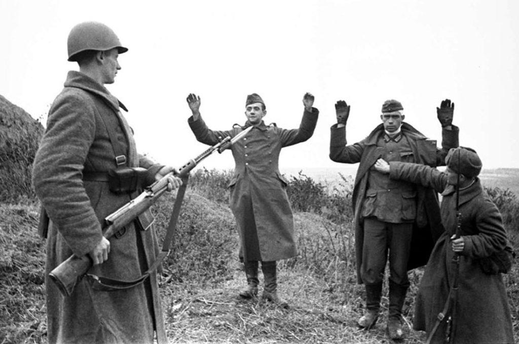 2 советских солдата взяли в плен двух немцев ВОВ