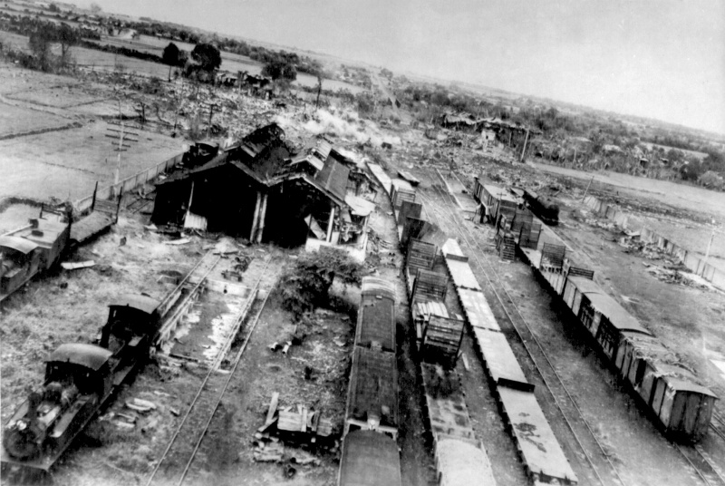 Разбомбленный поезд ВОВ
