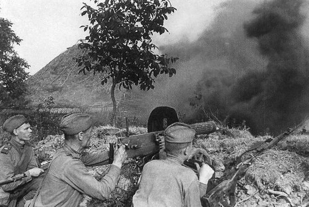 Пулеметчик с 2 солдатами за пулеметом ВОВ