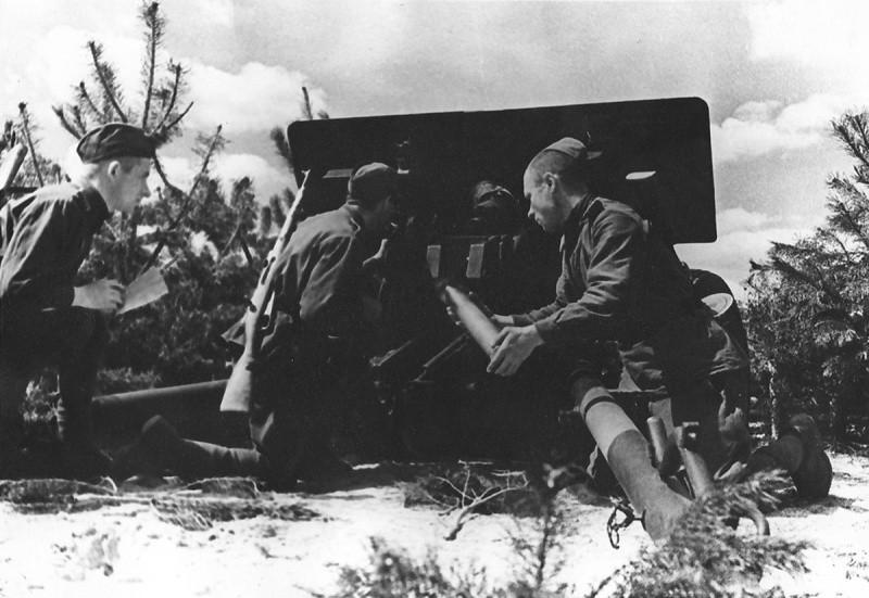 Солдаты заряжают пушку ЗИС-3 ВОВ