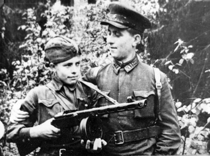Ребенок партизан с офицером ВОВ