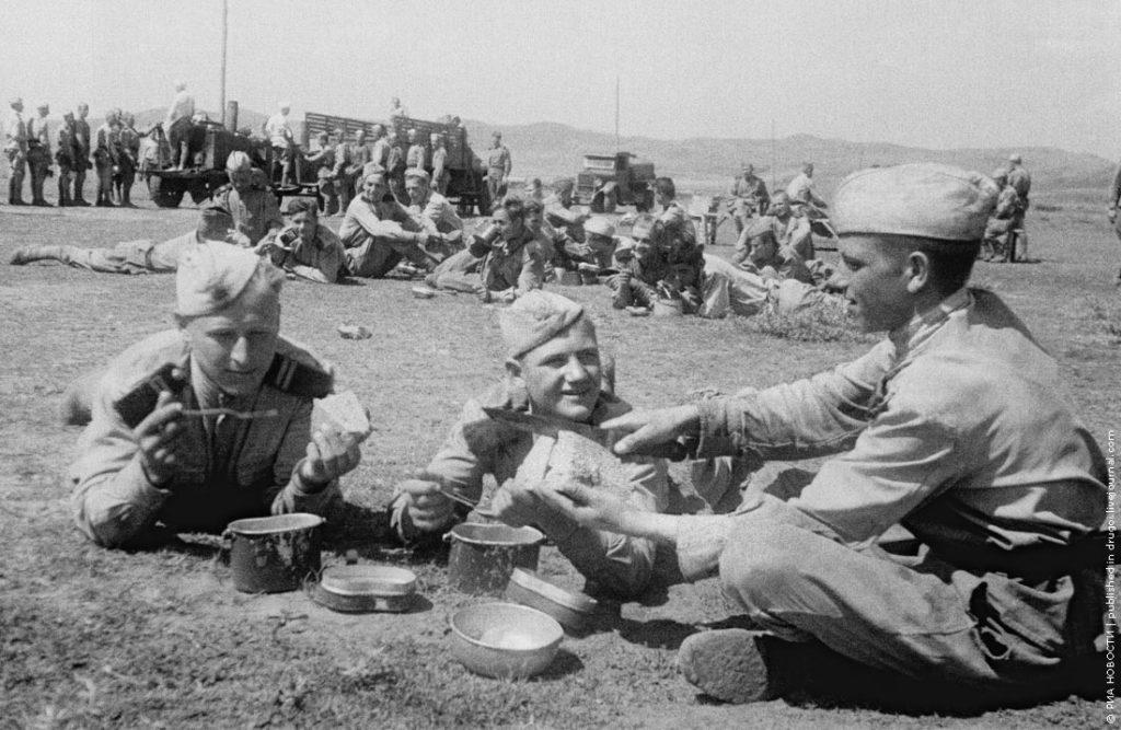 Советские солдаты едят ВОВ