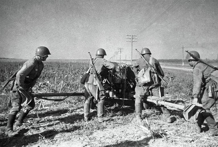 Орудийный расчет заряжает 45-мм пушку ВОВ