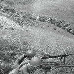 Советские солдаты в окопах готовятся к отражению атаки ВОВ