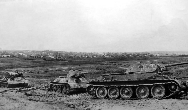 2 советских танка на марше ВОВ
