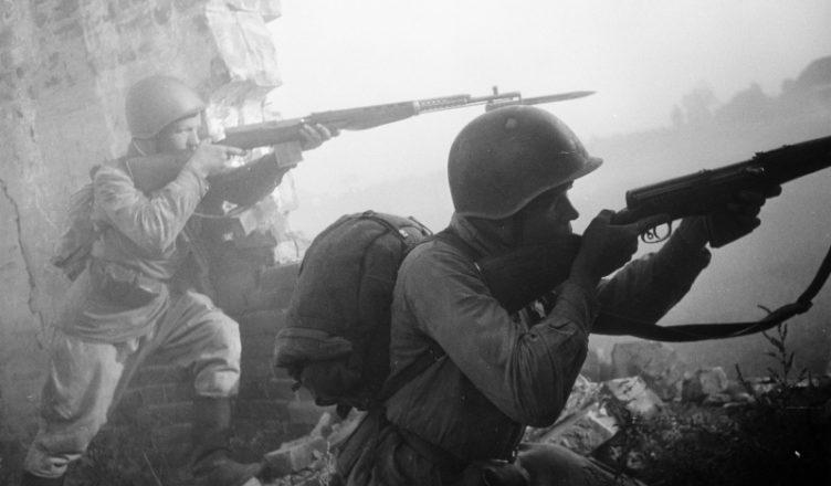 2 солдата ведут огонь ВОВ