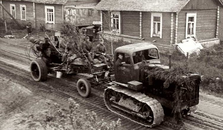 Трактор тащит орудие ВОВ