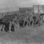 Солдаты тащат пушку ВОВ
