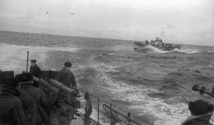 Два морских охотника на рейде ВОВ