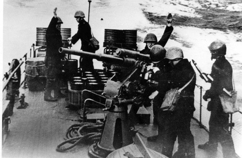 Экипаж тральщика из 45-мм пушки ведет огонь ВОВ