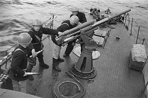 Экипаж морского охотника заряжает 45-мм пушку ВОВ