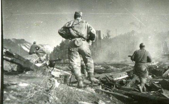 Солдат идет в атаку Полоцкая операция