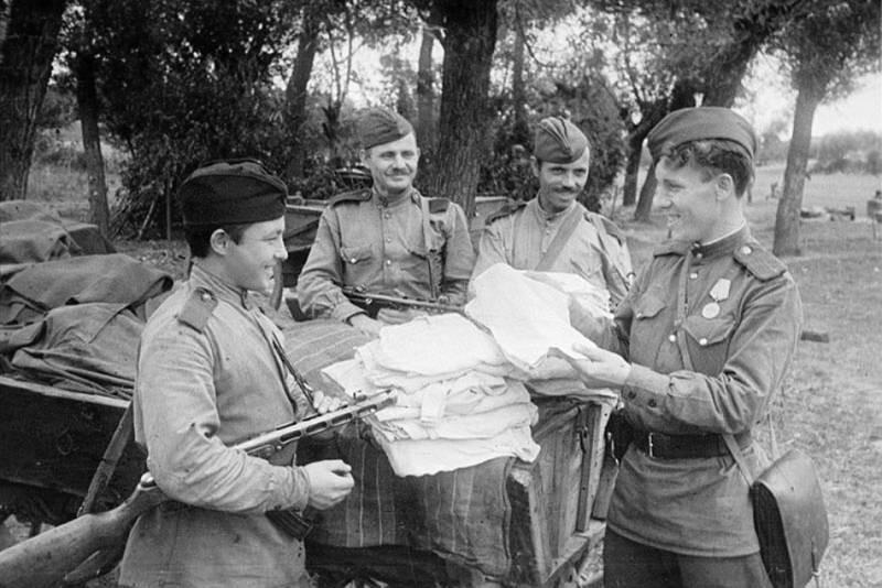 Солдаты получают полотенца перед баней ВОВ