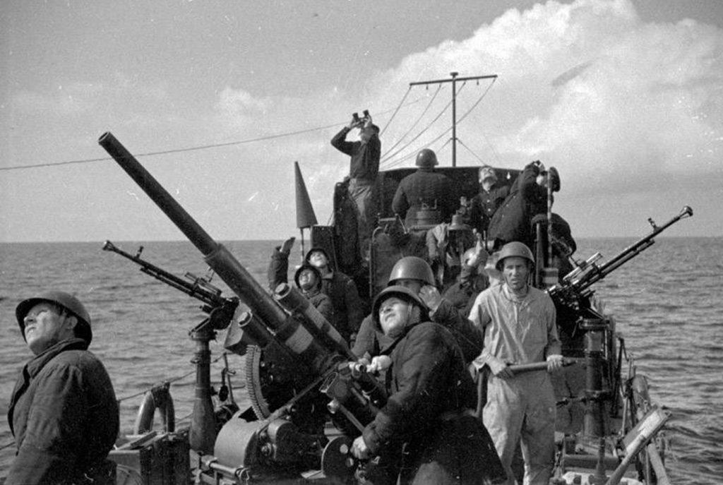 Экипаж морского охотника ведет огонь по немецкому самолету ВОВ
