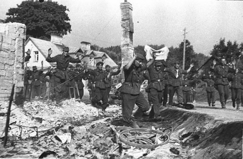 Немцы идут сдаваться в плен ВОВ