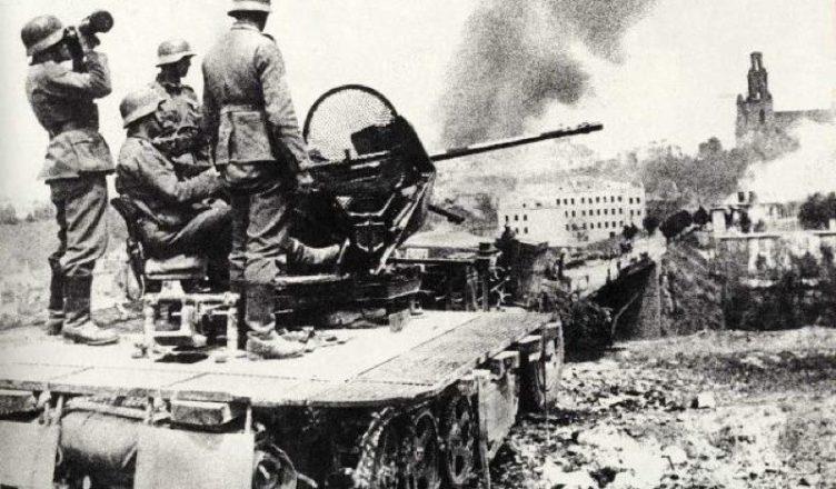 Немецкие солдаты на самоходной зенитке