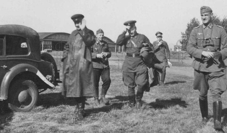 Немецкий и советский офицер идут к машине ВОВ