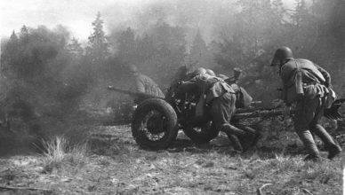Солдаты под огнем катят пушку ВОВ