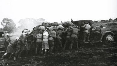 Солдаты толкаю полуторку ВОВ