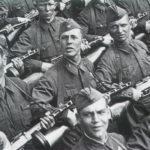 Русский солдат оружие на поле боя не бросает