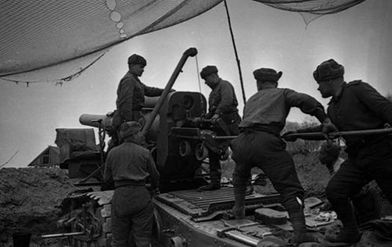 Советские солдаты заряжают пушку Курляндия ВОВ