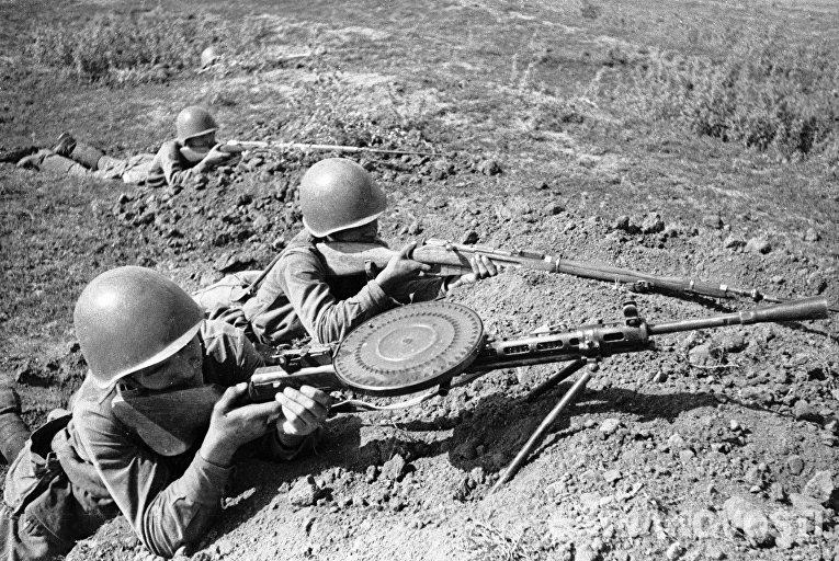Солдат с пулеметом прицеливается ВОВ