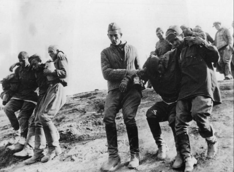 Солдаты ведут раненных сослуживцев ВОВ