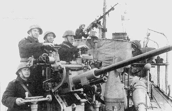 Расчет тральщика ведет огонь по немцам ВОВ