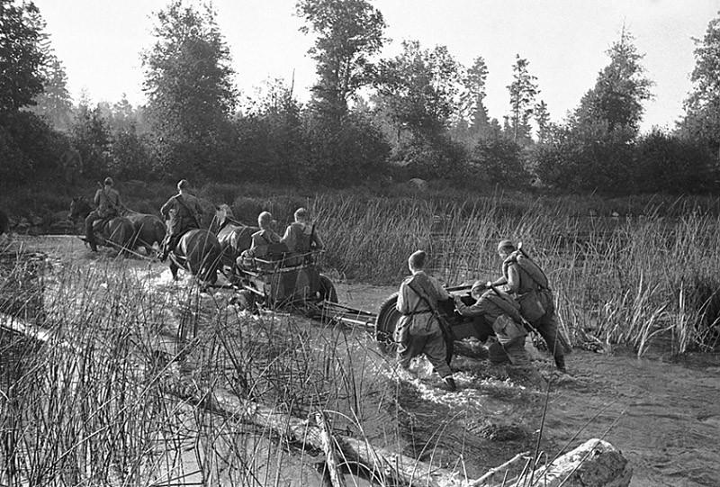Солдаты идут по ручью ВОВ