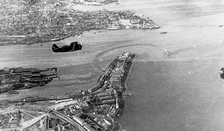 Советские истребители И-153 «Чайка» над Севастополем. 1941 год