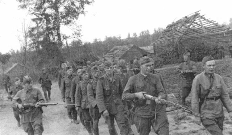 Советские солдаты идут по деревне ВОВ