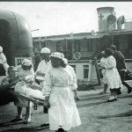 Раненного солдата везут в госпиталь