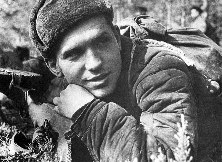 Солдат лежит возле пулемета ВОВ